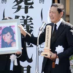 モデルプレス - 川島なお美さん告別式、拍手で最後の別れ