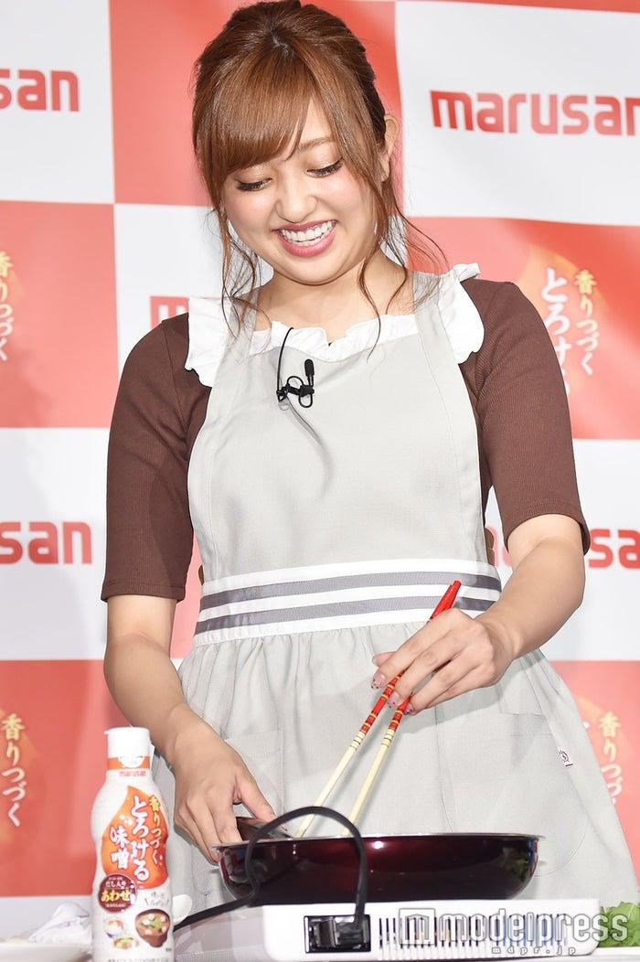 得意な手料理を披露する菊地亜美(C)モデルプレス