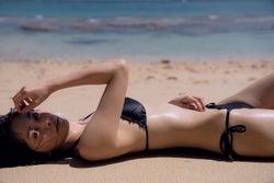 石橋杏奈、水着で美ボディ開放 ツヤ肌が色っぽい