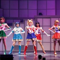 乃木坂46版ミュージカル「美少女戦士セーラームーン」が進化 ミニスカで美脚披露