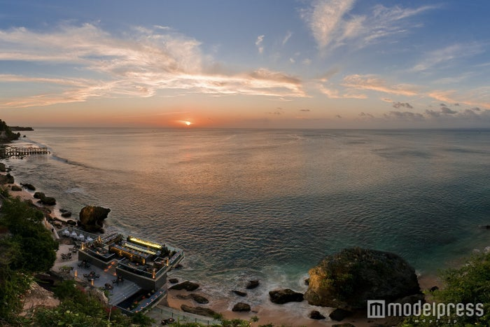 180度数のインド洋が広がるオープントップバー空間/画像提供:アヤナ リゾート&スパ バリ