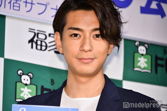 報道陣の取材に応じた三浦翔平 (C)モデルプレス