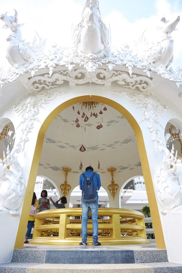 メイキングカット:美しい白の寺院を参拝(画像提供:所属事務所)