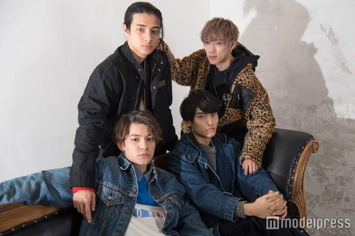 (前列左から)Kauan、Fu(後列左から)AM、U(C)モデルプレス