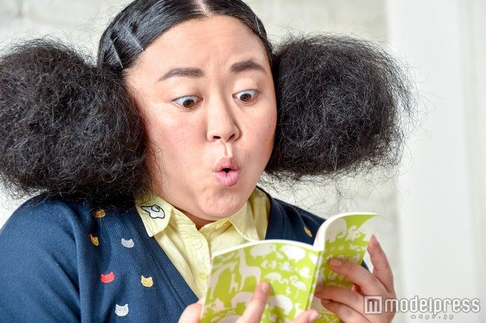 親子健康手帳を見る江上敬子(C)モデルプレス