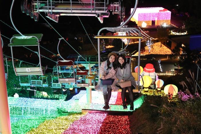 イルミネーションの上を空中散歩する「虹のリフト」/画像提供:富士急行