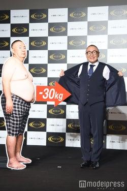 (左)痩せる前(右)マイナス30kg後/松村邦洋(C)モデルプレス