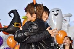 抱擁を交わす吉沢亮、Nissy(C)モデルプレス