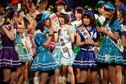 市川美織(中央)「AKB48グループ同時開催コンサートin横浜~来年こそランクインするぞ決起集会~」(C)AKS