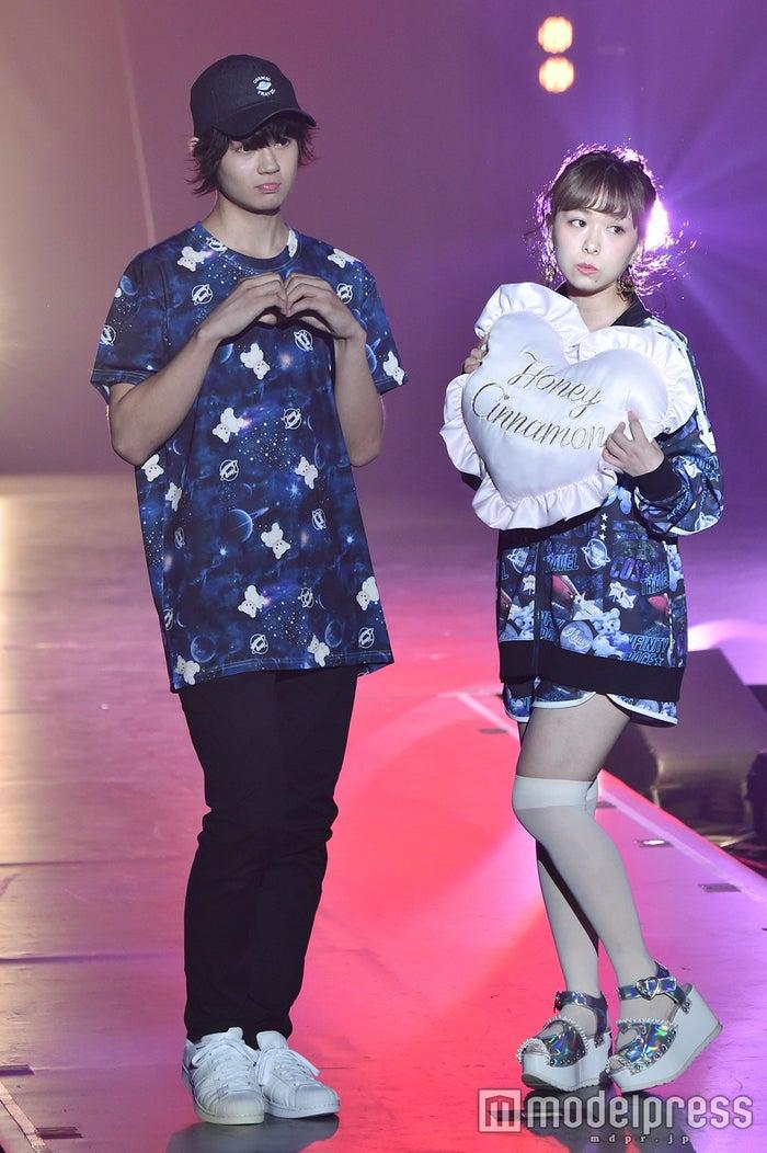 頬を膨らませて手でハートマークを作る佐野勇斗くんが可愛い♡(C)モデルプレス