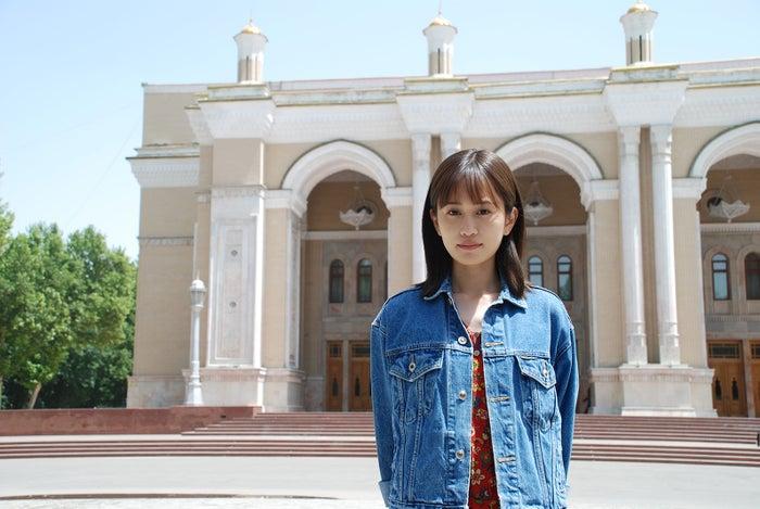 前田敦子/背後にある建物はナボイ劇場(C)2019「旅のおわり、世界のはじまり」製作委員会/UZBEKKINO