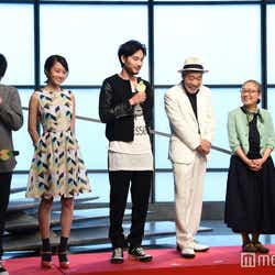 (左から)沖田修一監督、前田敦子、松田龍平、柄本明、もたいまさこ、千葉雄大(C)モデルプレス