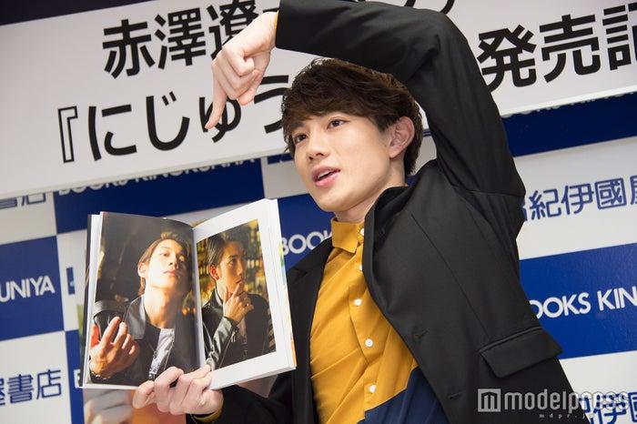 お気に入りのショットをアピールする赤澤遼太郎(C)モデルプレス