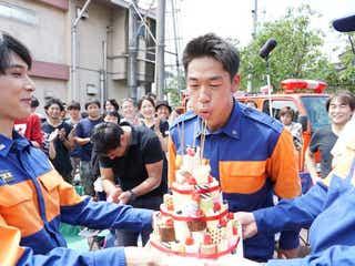 AKIRA、34歳誕生日を栗山千明、堀内敬子、吉沢亮ら特製ケーキで祝福