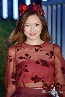 紗栄子、素肌チラ見せでオトナの色気アピール<写真特集>