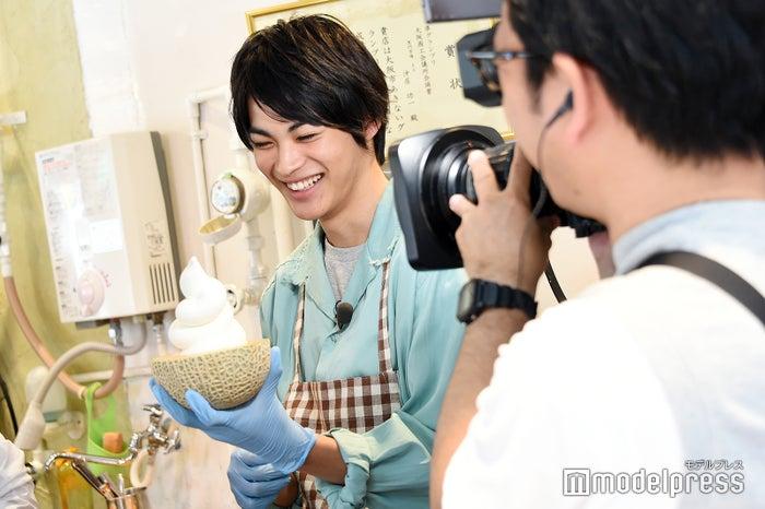 ソフトクリームを上手に巻くことに成功し、笑顔の神尾楓珠(C)モデルプレス