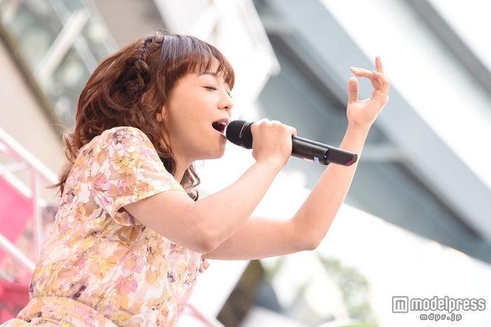 「春のPON!祭り」で歌唱する華原朋美【モデルプレス】