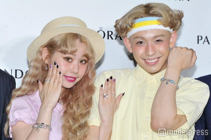結婚を発表したぺこ&りゅうちぇる (C)モデルプレス