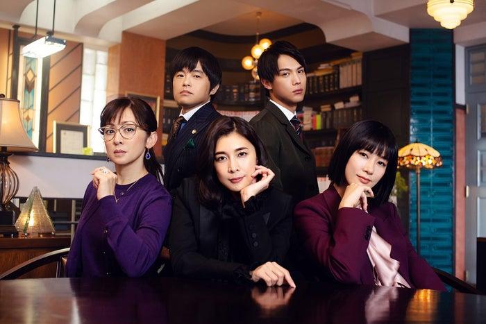 (左から時計回りに)斉藤由貴、バカリズム、中川大志、水川あさみ、竹内結子(C)フジテレビ