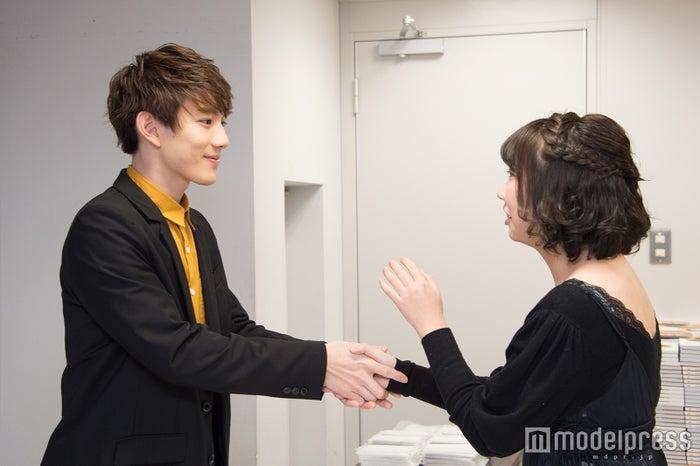 ファンと握手する赤澤遼太郎(C)モデルプレス