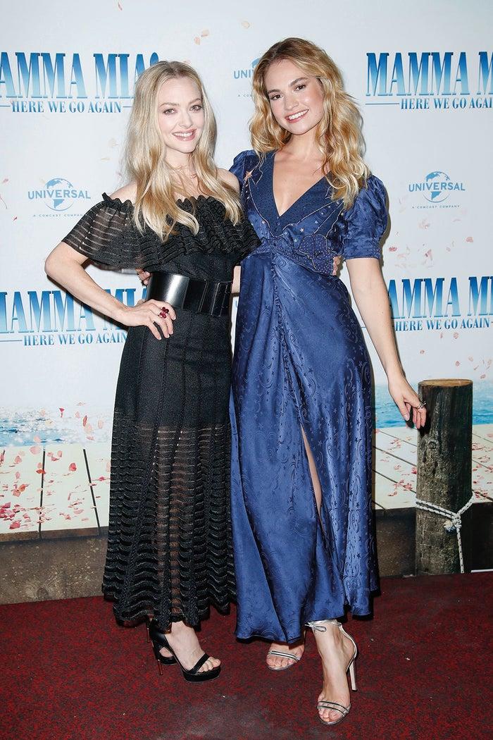 ハンブルクでのファンイベントの様子/(左から)アマンダ・セイフライド、リリー・ジェ-ムズ