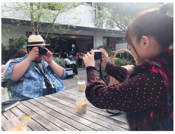 カメラで写真を撮りあって遊ぶ西洋亮と山田菜々/山田菜々オフィシャルブログ(Ameba)より