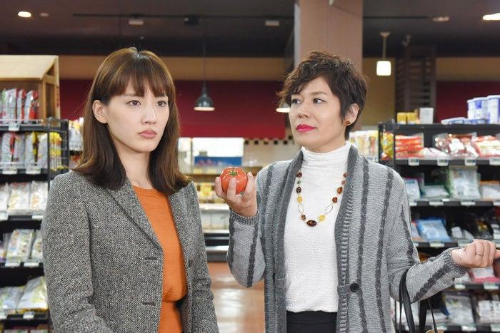 綾瀬はるか、青木さやか/「奥様は、取り扱い注意」第3話より(画像提供:日本テレビ)