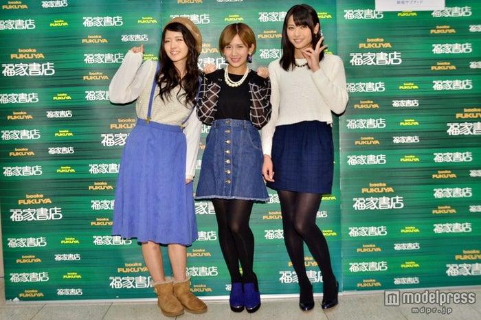 ℃-ute(左より)鈴木愛理、岡井千聖、矢島舞美