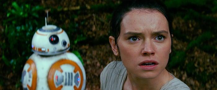 (左から)BB-8、レイ/『スター・ウォーズ/フォースの覚醒』より(C)2016 & TM Lucasfilm Ltd. All Rights Reserved.
