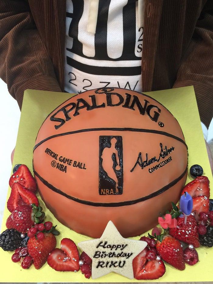 バスケットボール型のバースデーケーキ(画像提供:所属事務所)