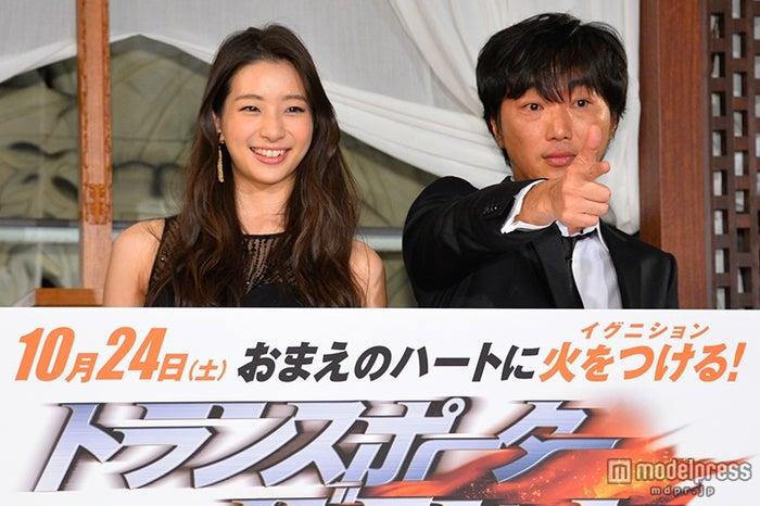 (左から)足立梨花、スピードワゴン・小沢一敬