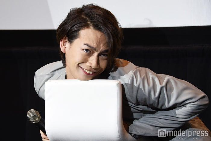 池田純矢による「上目遣いでゼラのことを見ているジャイボの顔」(C)モデルプレス