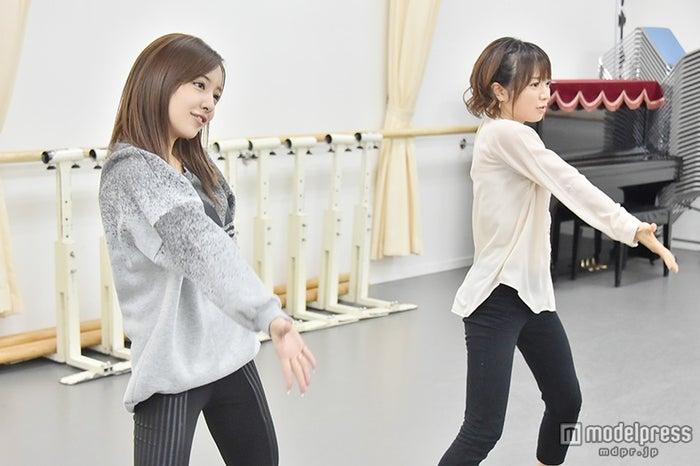 (左から)板野友美、紺野あさ美アナウンサー ※写真はMr.Childrenの「Marshmallow day」時のダンス【モデルプレス】