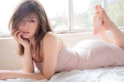 乃木坂46白石麻衣のS字ラインが美しい!大人な魅力のキャミワンピ姿<新ビジュアル雑誌「WHITE graph」>