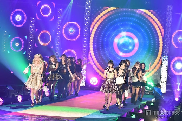 E-girls「GirlsAward」シークレット登場で「Follow Me」熱唱 クール&キュートな魅力全開の迫力ライブ【モデルプレス】