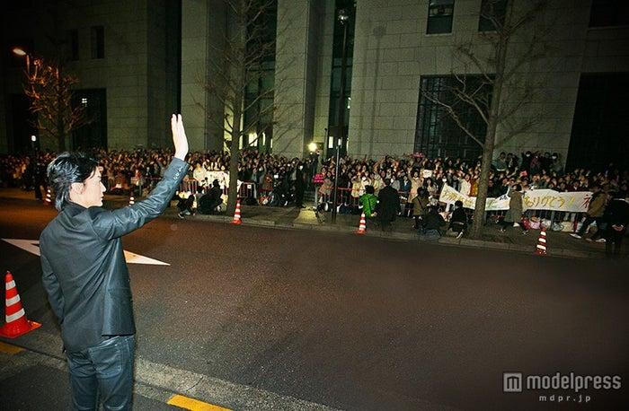 ファンの声援に手を振り応える福山雅治