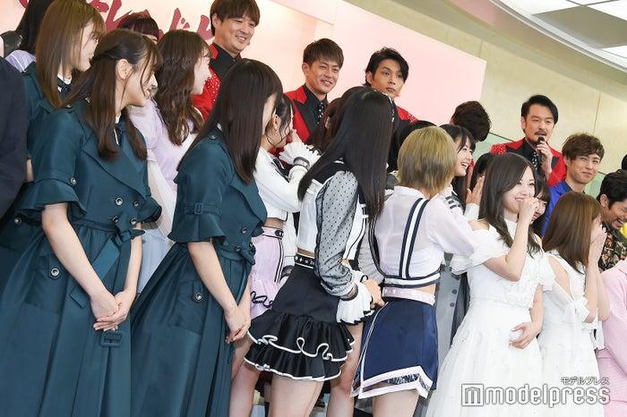 純烈・小田井涼平のジョークに笑う一同 (C)モデルプレス