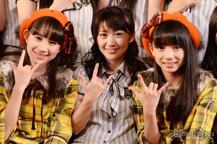 2014年劇場公演デビュー当時の後藤萌咲(右)、左は下口ひなな、中央は大島優子 (C)モデルプレス