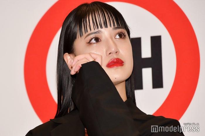 ファンの涙にもらい泣きする藤井夏恋(C)モデルプレス