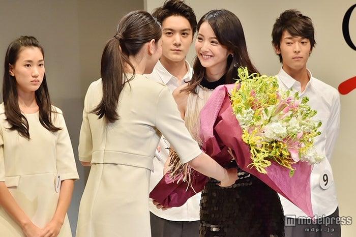 グランプリに輝いた小林京香さん(左)に花束を贈呈する佐々木希(右)