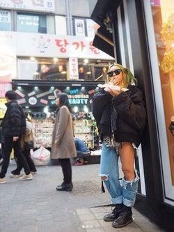 倖田來未、美太もものぞくデニムファッションに反響「落ちちゃわないか」「破けてないの?」