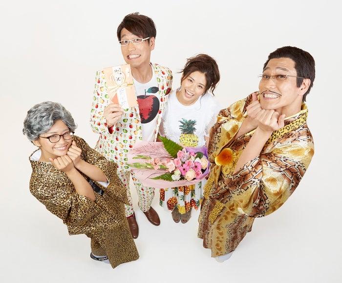 古坂大魔王(中左)が安枝瞳(中右)と結婚(提供写真)