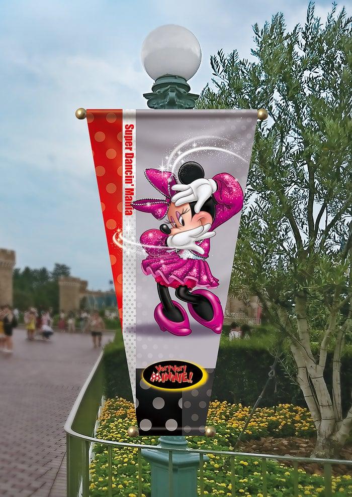 パレードルート上のバナー (C)Disney