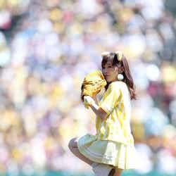 モデルプレス - NMB48山本彩、ミニスカ×トラ耳で美脚全開始球式