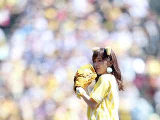 NMB48山本彩、ミニスカ×トラ耳で美脚全開始球式