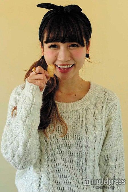 昔から「ビスコ」を食べていたという桃さん/「saita」3月号より