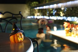 神戸で全国初の「ハロウィンナイトプール」シャンパン付VIP席やプールバーで夜景に乾杯