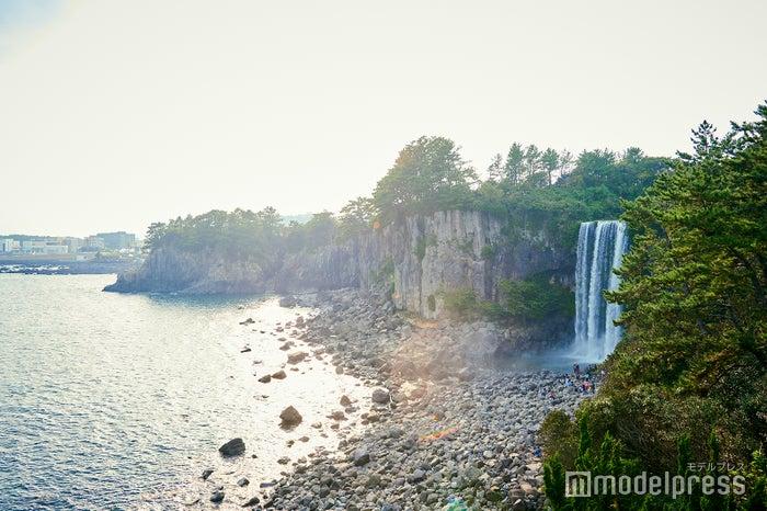 風光明媚という言葉がまさにぴったり!滝の真正面には海が広がります。(C)モデルプレス