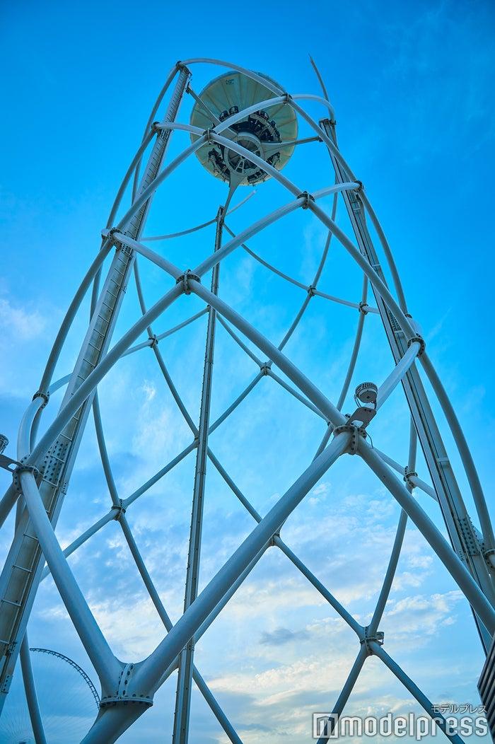 地上40mまでゆっくり昇っていく回転式バーラウンジ「フライング・カップ」(C)モデルプレス