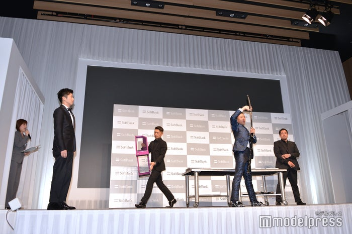 XK徒 慶のイリュージョンを見ている田中圭(C)モデルプレス